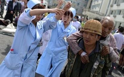 四川雅安芦山县户外抢救地震伤员