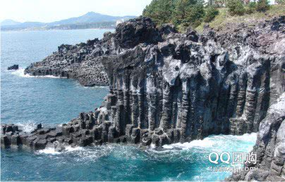 岛中央是通过火山爆发而形成的海拔1951  米的韩国最高峰———汉拿山