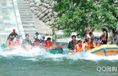 漂流艇在水花四溅这,从10米高的冲浪槽加速度冲向水面,这可是体验惊险
